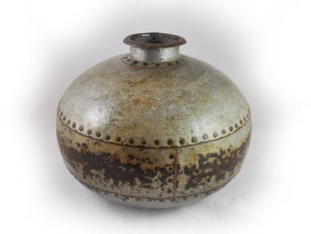 Oude metalen kruikvaas