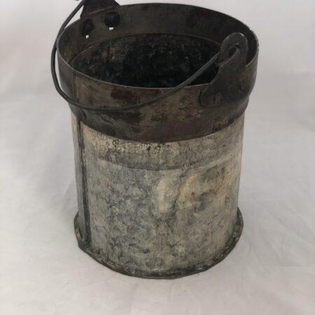 Verweerde metalen emmer