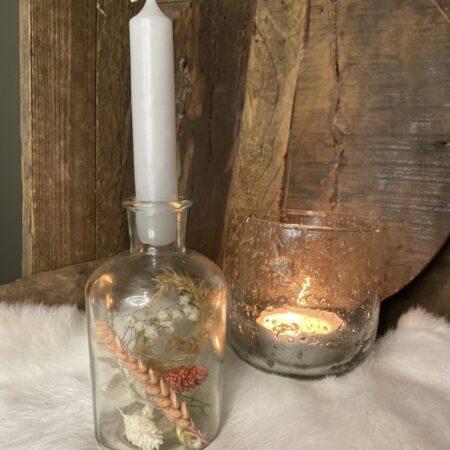Flesje droogbloemen met kaars